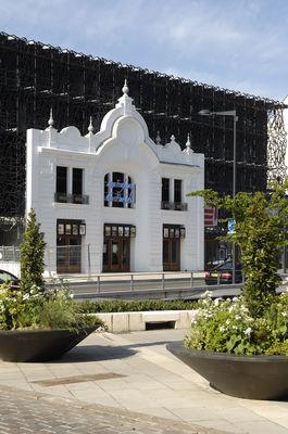 Cinéma depuis la place St Michel avec fleurs