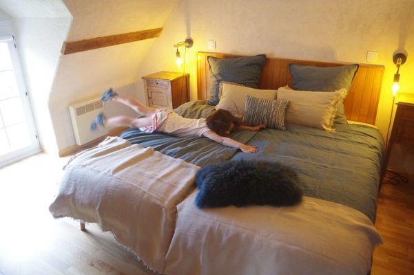 Grange--chambre-bleue-avec-enfant-comp