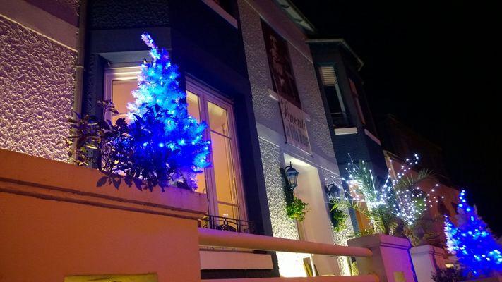 Villa bleue vue extérieure nuit