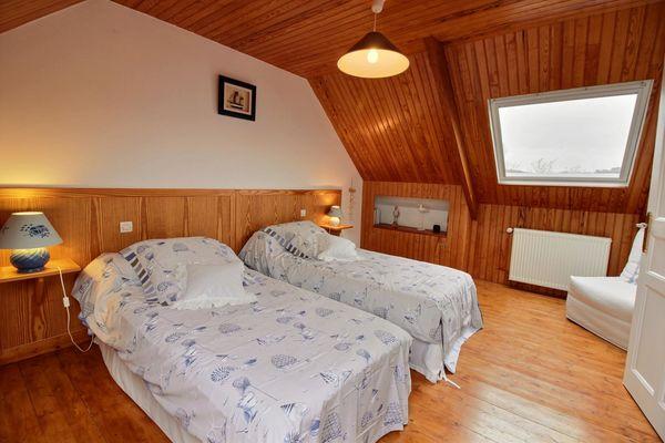Chambre 2 lits 90/Accès escalier du salon