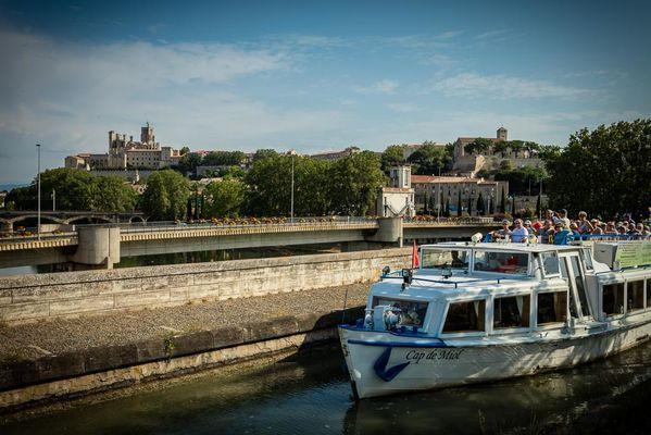 La péniche Cap de Miol sur le Pont Canal avec vue sur la cathédrale Saint-Nazair