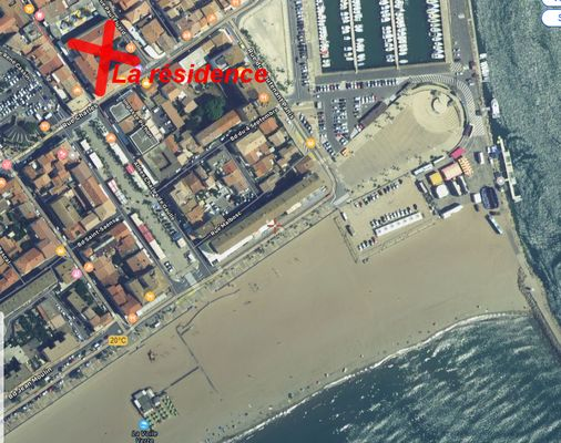 Vue aérienne situant la résidence et la mer.
