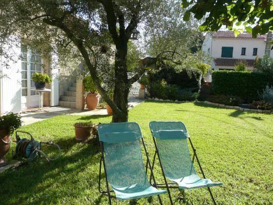 Coin détente dans le jardin avec chaises longues