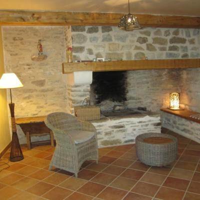 L'espace salon avec la cheminée