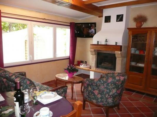 L'espace salon avec cheminée