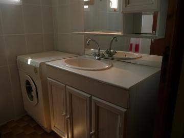 Salle d'eau, lave-linge.