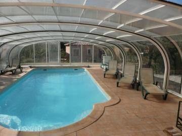 La piscine couverte en commun.