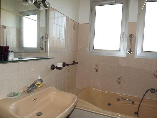 Salle de bains avec baignoire balnéo