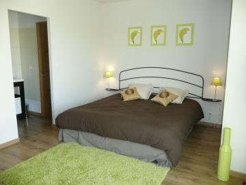 Le vert anis pour la chambre 3. De l'orange pour la chambre 1, du naturel pour la chambre 4