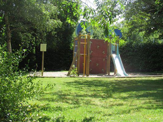 Camping-Les-Etangs-La-Richardais-aire-de-jeux