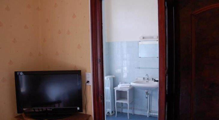 Hotel-Altair-Dinard-TV-et-salle-de-bain