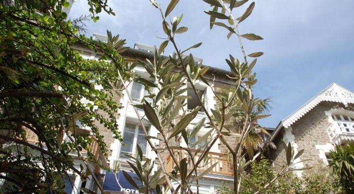Hotel-Altair-Dinard-facade-arbres
