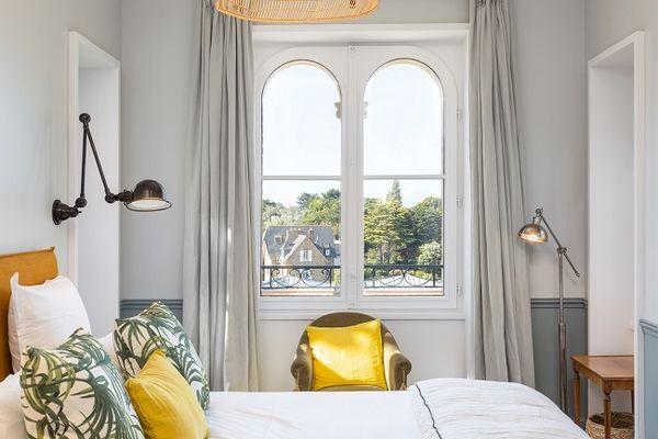 Hotel-Le-Nessay-Saint-Briac-chambre-double-jaune