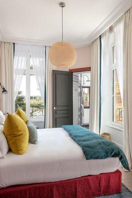 Hotel-Le-Nessay-Saint-Briac-chambre-double-lit-rouge