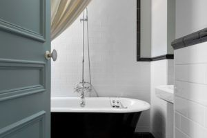 Hotel-Le-Nessay-Saint-Briac-salle-e-bain-baignoire