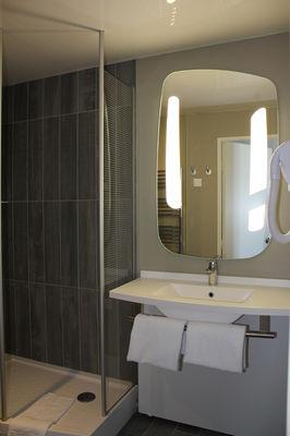 IBIS PLAGE - salle de bain 1- StMalo