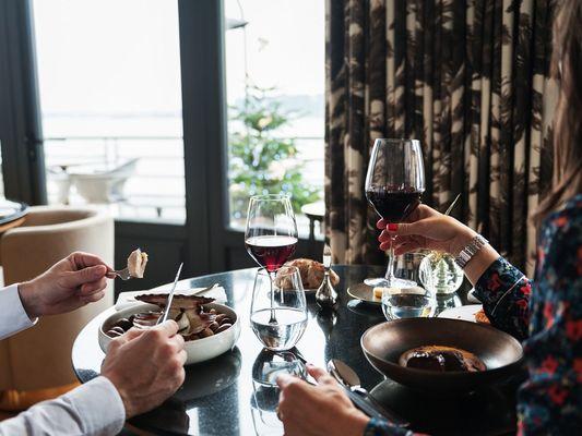 Le-Pourquoi-Pas-Dinard--couple-a-table