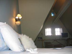 Le-Vieux-Logis---Vautier-Ginette-Saint-Briac-chambre-double-lit-blanc
