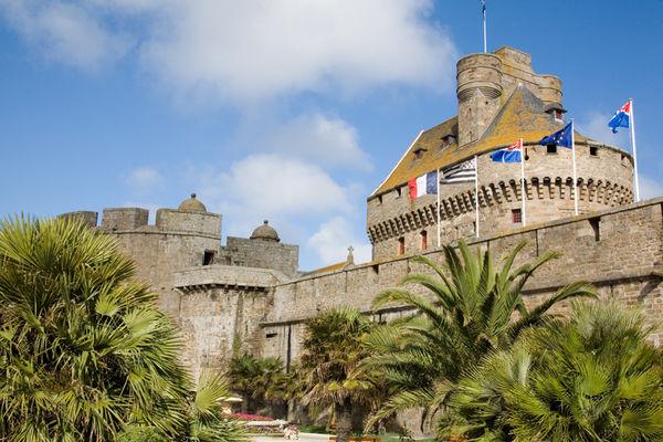 Le château et les drapeaux vus du Jardin des Douves -  Saint-Malo ©Philippe Josselin