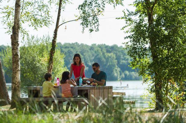 Pique-nique au bord du  lac de Trémelin @Emmanuel Berthier