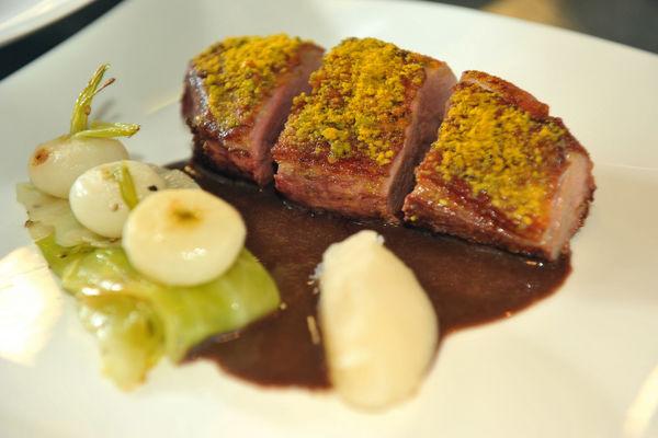 Magret de Canard aux éclats d'amandes épicés, navets et chou cuisinés (2).Jpg