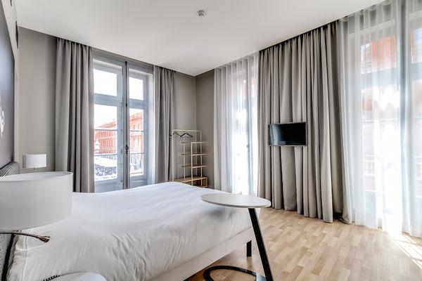 Chambre_Privilège_vue_place_du_Capitole_Hotel_du_Taur_vue_Gauche