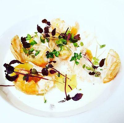 Langoustines pochées minute dans un bouillon de champignon émulsionner pomme de terre ratte confites au beurre