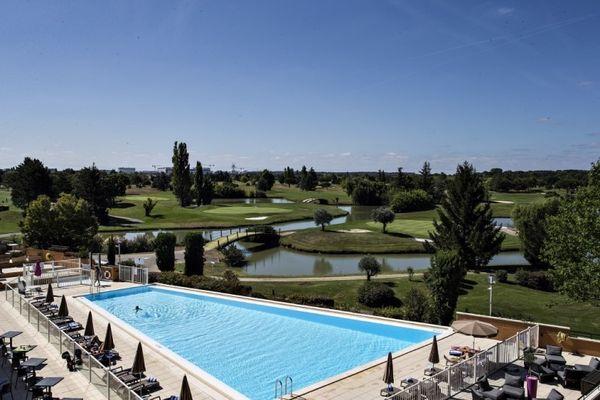 Terrasse-piscine-hotel-merccure-golf-seilh Format OT