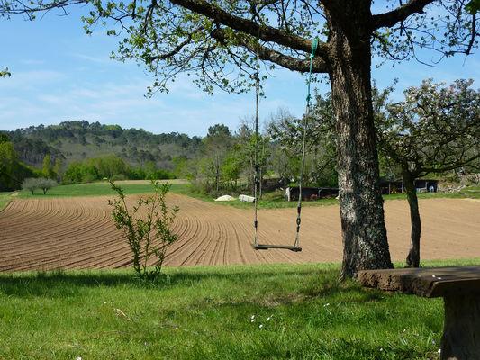 03Les Picade - Balançoire devant le champs © Lot Tourisme - C. Sanchez