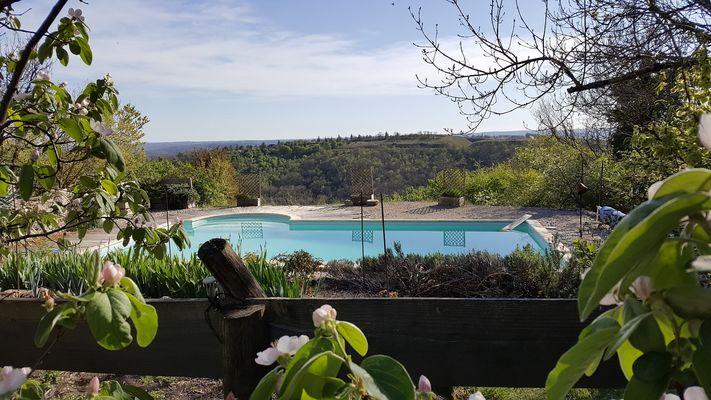 La piscine et la vue sur les Causses