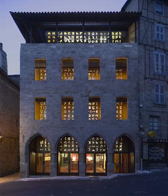 21-Musée-Champollion-la-façade-aux-mille-lettres-P.-di-Sciullo-2007-©-Luc-Boegly-agence-Moatti-Rivière