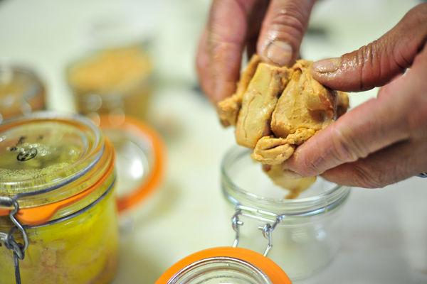 Atelier de préparation du foie gras - Mise en bocaux_04 © Lot Tourisme - C. ORY