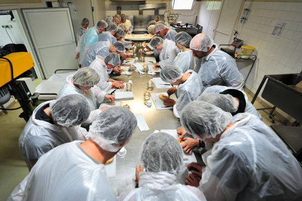 Atelier de préparation du foie gras - Ferme de Roubegeolle Vayrac_01 © Lot Tourisme - C. ORY