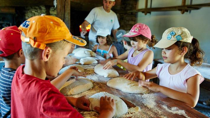 Atelier enfant auour du pain - Musée de Cuzals © N. Blaya