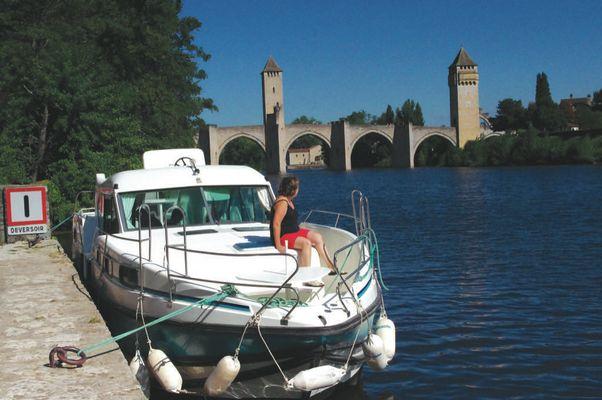 Bateau devant pont Valentre Cahors © Lot Navigation
