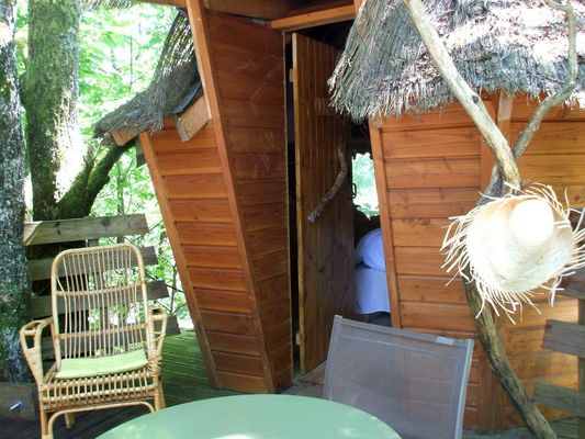 CabanesSilvae-Camps_cabaneLoriotsTableTerrasse