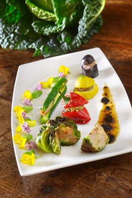 Chou vert farci au foie gras, jus de truffe corsé - Retaurant Les Vieilles Tours_01 © D. Nakache