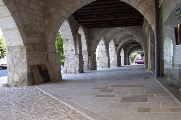Castelnau Montratier : Arcades autour de la place Centrale
