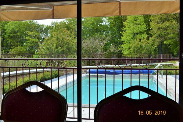 Vue du séjour sur piscine
