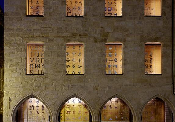 Détail façade Musée Champollion- les Ecritures du Monde_01 Nelly Blaya-CG46