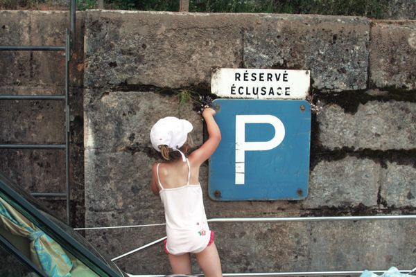 Enfant au ponton attente ecluse © Lot Navigation