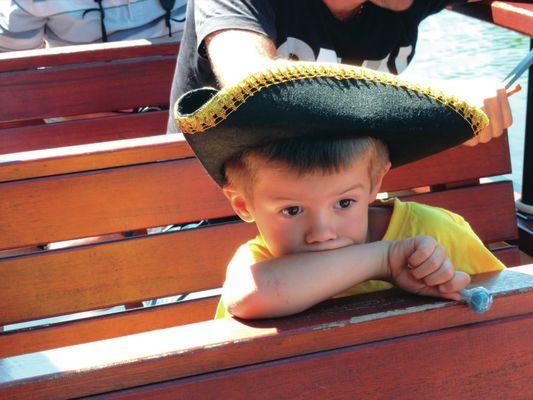 Enfant avec chapeau pirate © Les CROISIERES de Saint Cirq Lapopie