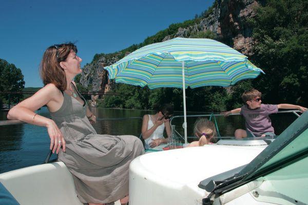 Famille sur terrasse avant bateau © Lot Navigation