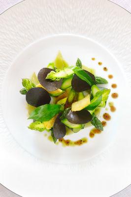 Farçous à la façon d'Armandine, pointe d'asperges vertes et truffe noire du Périgord - restaurant Le Gindreau_01 © D. Nakache