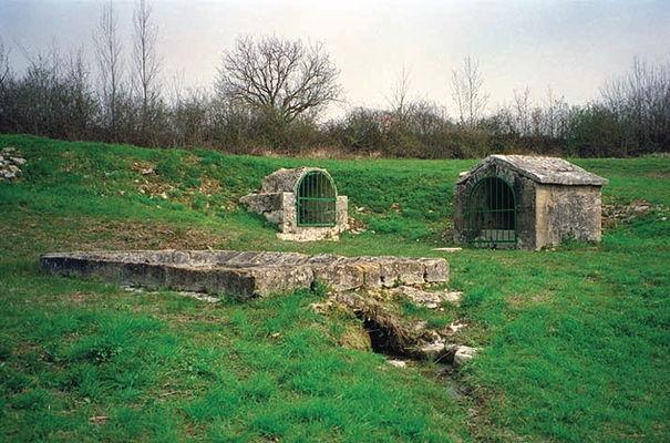 Ginouillac : Fontaine de Merlies