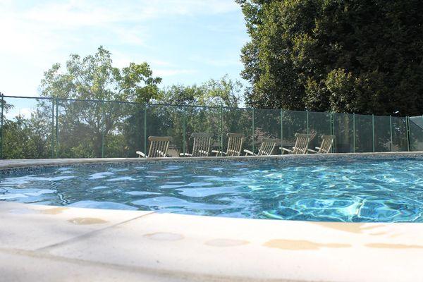 La piscine clôturée et sécurisée de vos vacances.