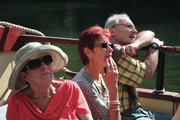 Passagers regardant le paysage depuis gabare © Les CROISIERES de Saint Cirq Lapopie