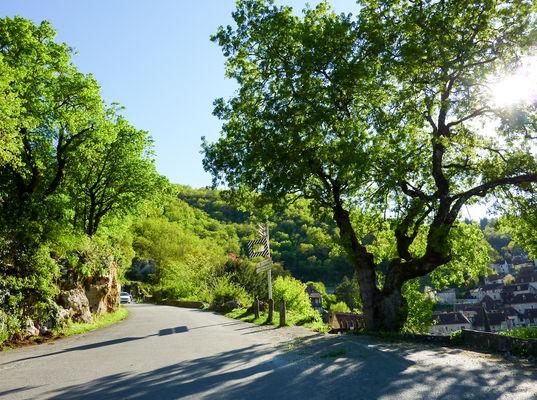 Route d'accès au village de Saint-Cirq-Lapopie © Lot Tourisme - C. Sanchez