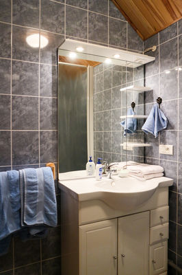 Salle de bain chambre safranée - le Bout du Roc Alvignac_04_