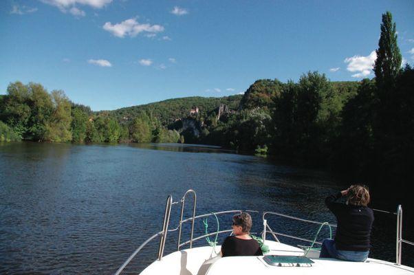 Vue sur paysage naturel depuis bateau © Lot Navigation